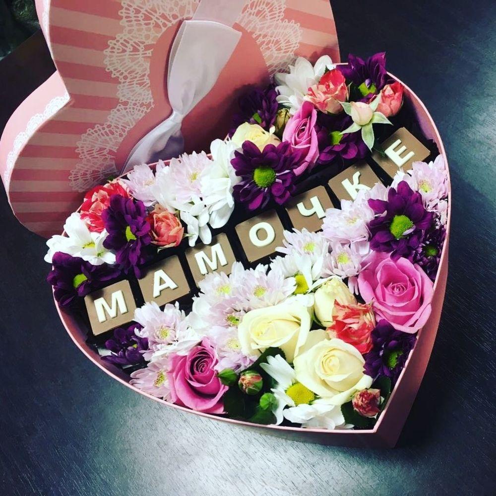 Букет из живых цветов на день рождения маме, молюцеллой