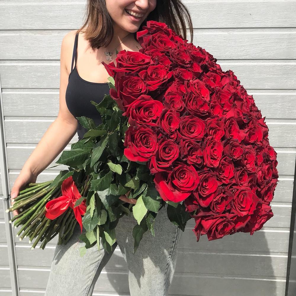 Девушки с большим букетом роз