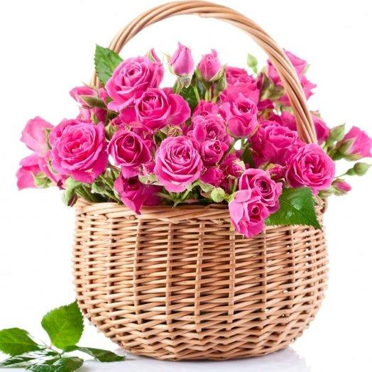 Розовые кустовые розы в корзине Розовый сад