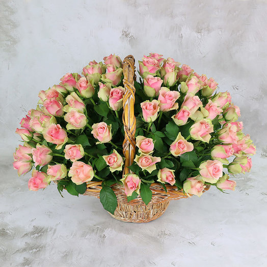101 розово-зеленая роза в корзине