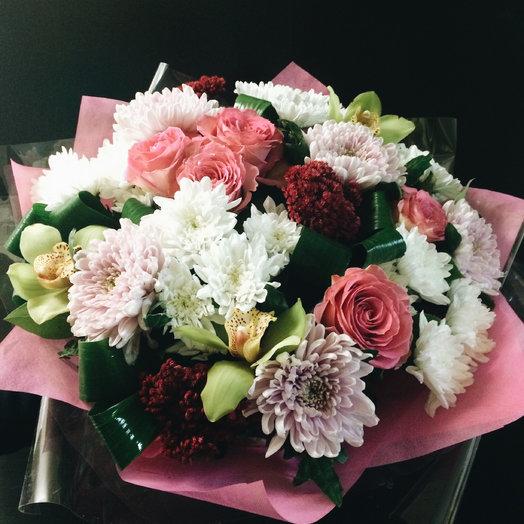 Микс из кустовых и одноголовых хризантем,роз, орхидей, седума и зелени: букеты цветов на заказ Flowwow