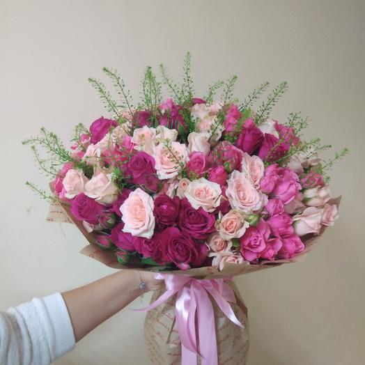 Букет из кустовых роз в крафте: букеты цветов на заказ Flowwow