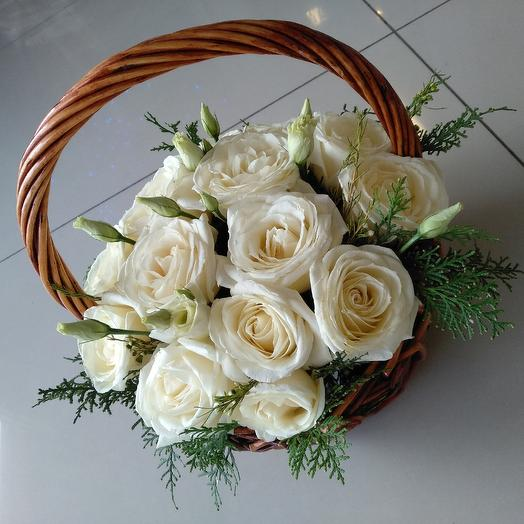 Плетёная корзинка белых роз