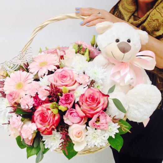 Корзина с цветами и мишкой