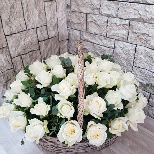 Корзина 51 белой розы: букеты цветов на заказ Flowwow