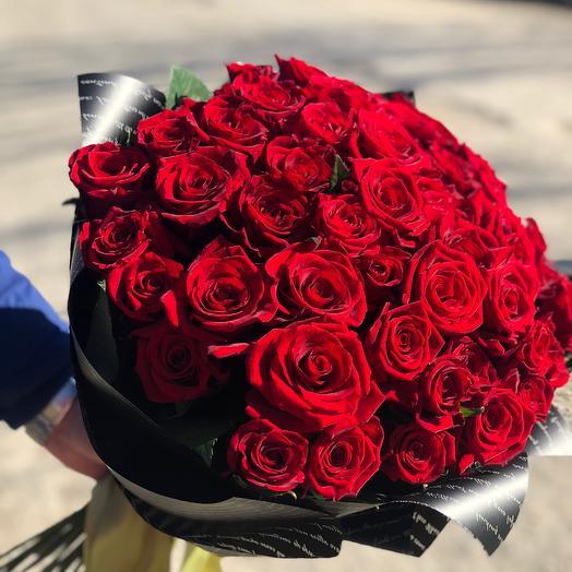 51 красная роза в черной упаковке