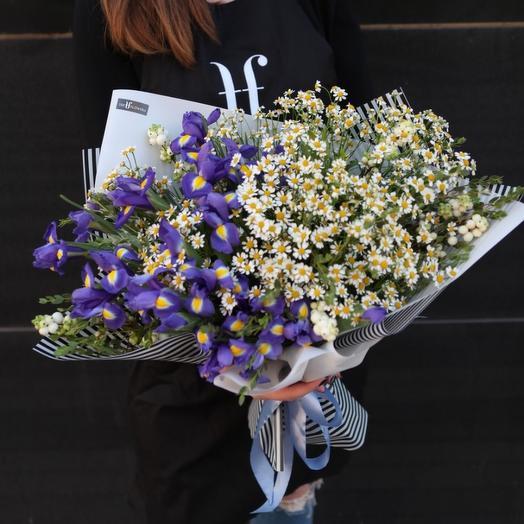 Ромашки и ирисы: букеты цветов на заказ Flowwow
