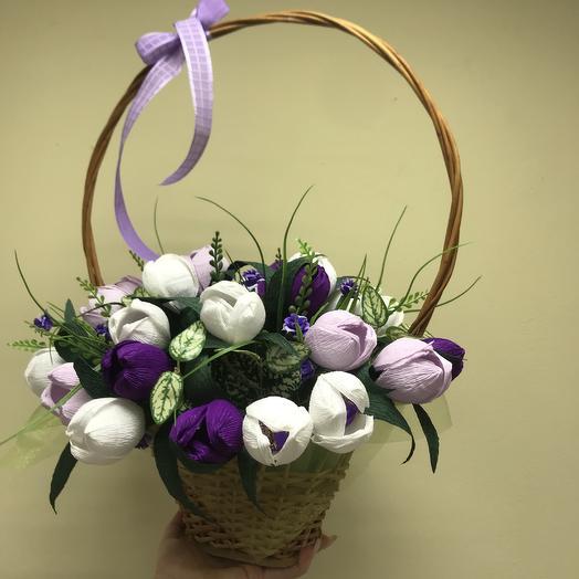 Корзина с тюльпанами: букеты цветов на заказ Flowwow