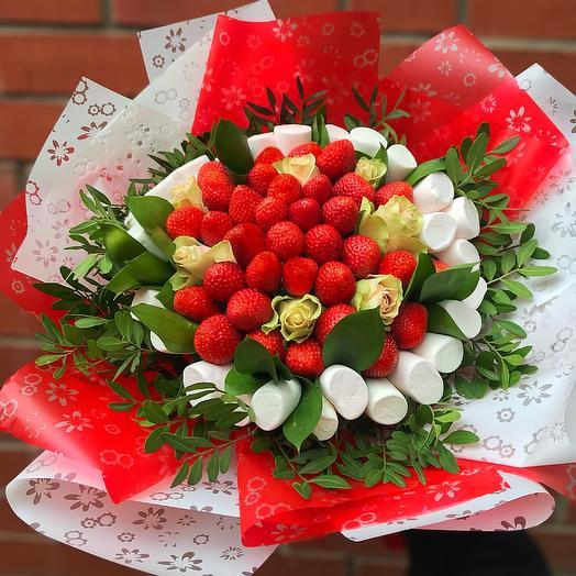 Букет из клубники и маршмеллоу с розами