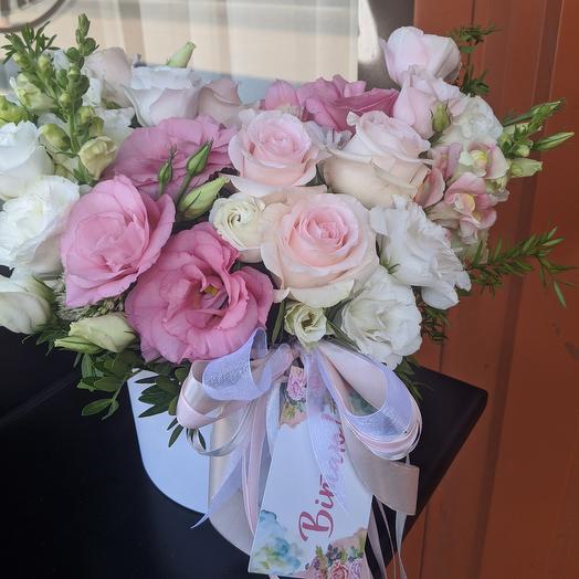 Коробка с цветами в розовых тонах