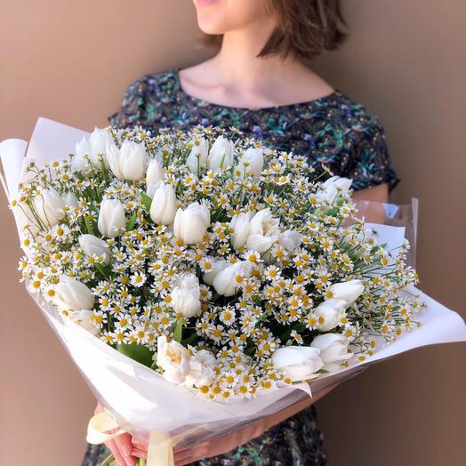 Букет с ромашками и тюльпанами