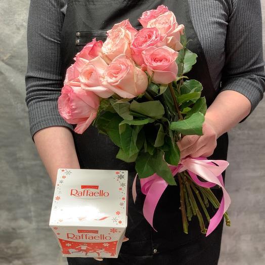Букет ароматных пионовидных роз с конфетами Raffaello