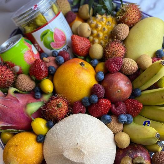 Тайская корзина с фруктами и ягодами