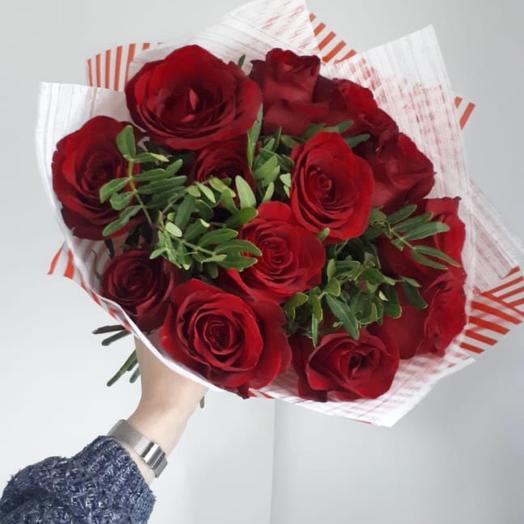 Букет 15 бордовых роз 60 см с зеленью