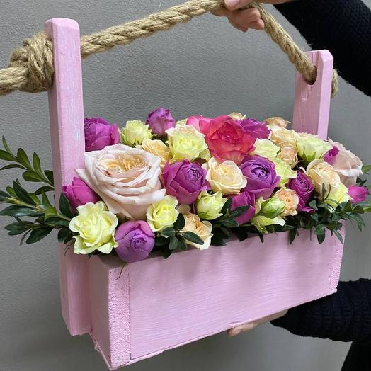 Розовый ящик с цветами