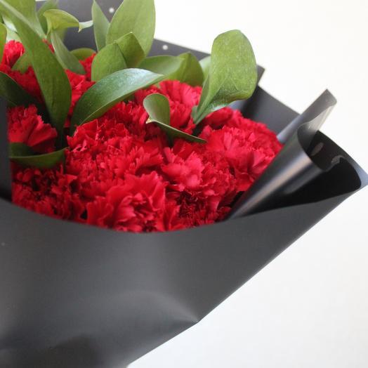 Букет из 40 красных гвоздик Похоронный букет Красные гвоздики Траурный букет с гвоздиками и зеленью