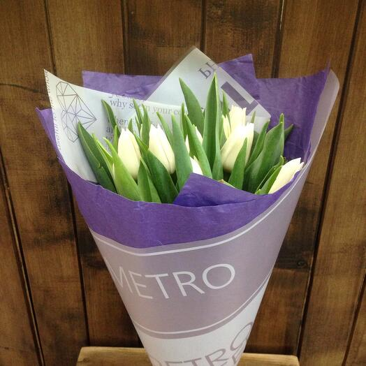 Тюльпаны белые в дизайнерской упаковке