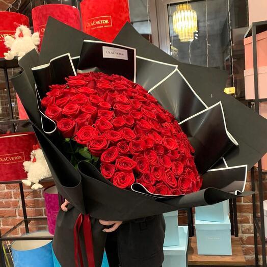 101 красная Роза в чёрном оформлении