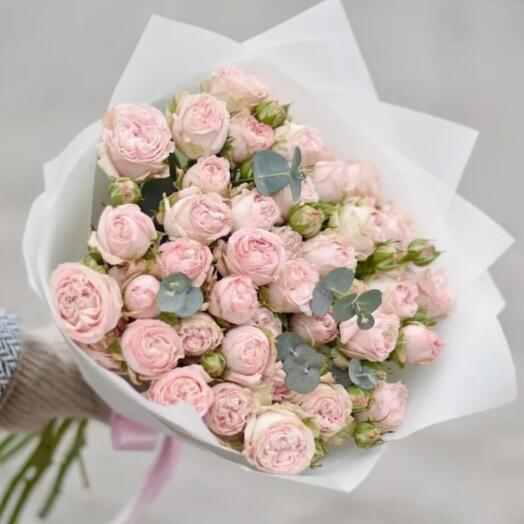 Кустовые пионовидные розы с эвкалиптом