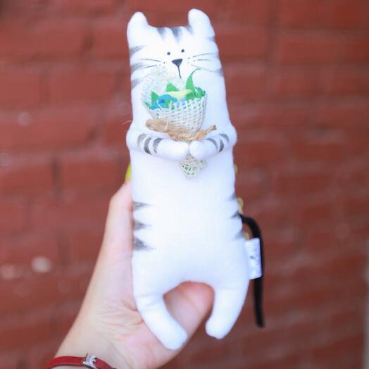 Полосатый кот с летним букетом