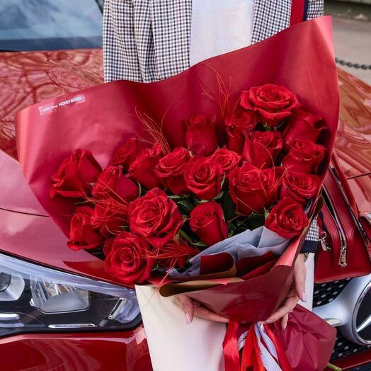 Роскошный букет из алых роз