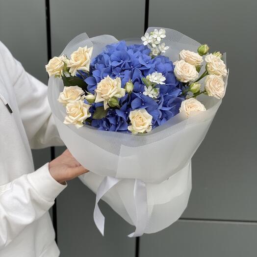 Букет из гортензии, роз и оксипеталума