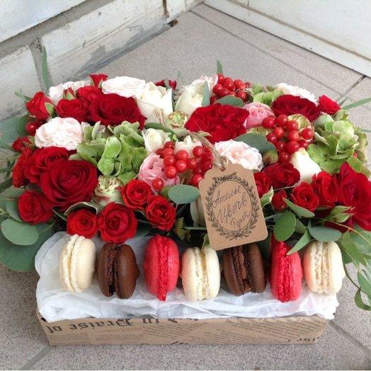 Коробочка с шоколадными макарунами: букеты цветов на заказ Flowwow