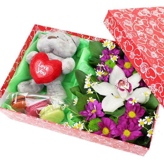 Коробочка с цветами и макарунами 22: букеты цветов на заказ Flowwow