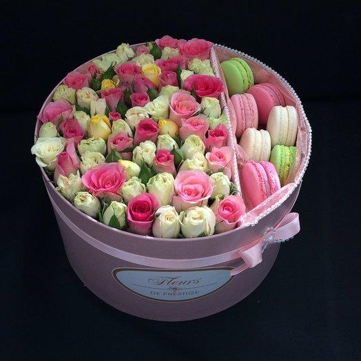 Коробка с кустовыми розами и 7 макарони: букеты цветов на заказ Flowwow