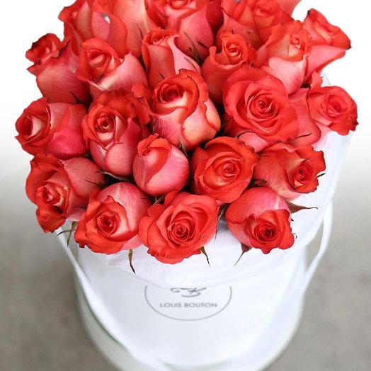 Алые  розы в большой коробочке: букеты цветов на заказ Flowwow