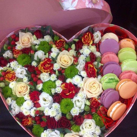 "Коробочка с макарунс ""Валентинка"": букеты цветов на заказ Flowwow"