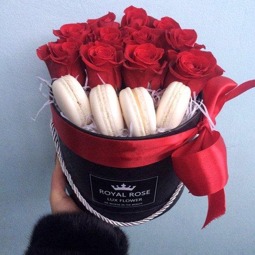 Розы в коробке с макарунами: букеты цветов на заказ Flowwow