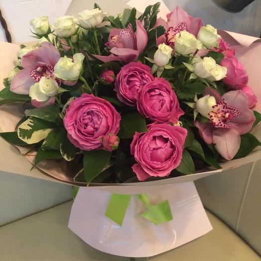 Букет с орхидеями и пионовидными розами