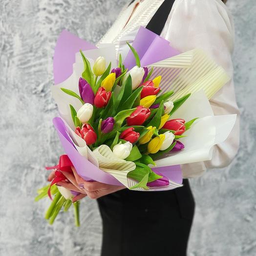 Стильный букет из 25 разноцветных тюльпанов в дизайнерской упаковке
