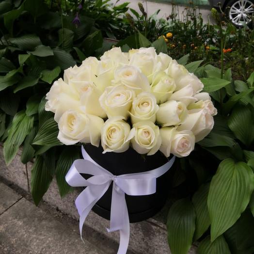 Белые розы в черном аквабоксе