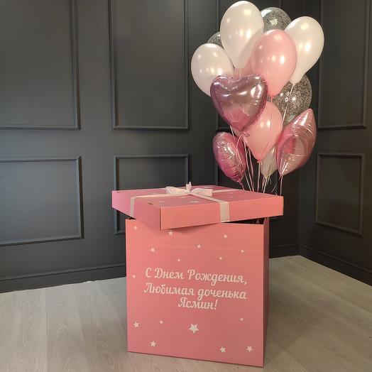 Композиция из бело-розовых и прозрачных шаров с серебряными блестками, сердцами и звездами в розовой коробке