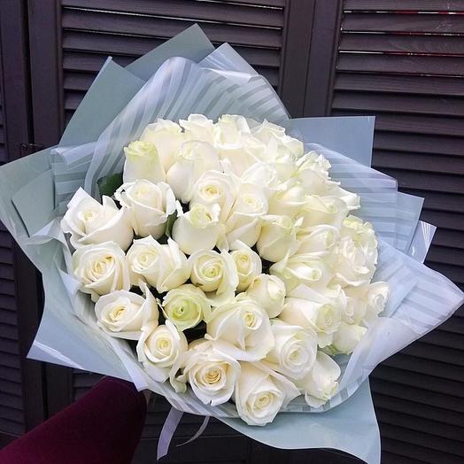 51 белая роза в оформлении