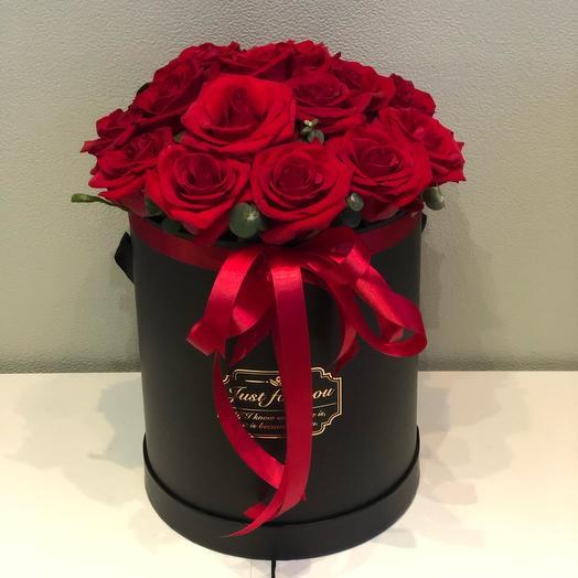 Цветы в коробке 19 красных роз
