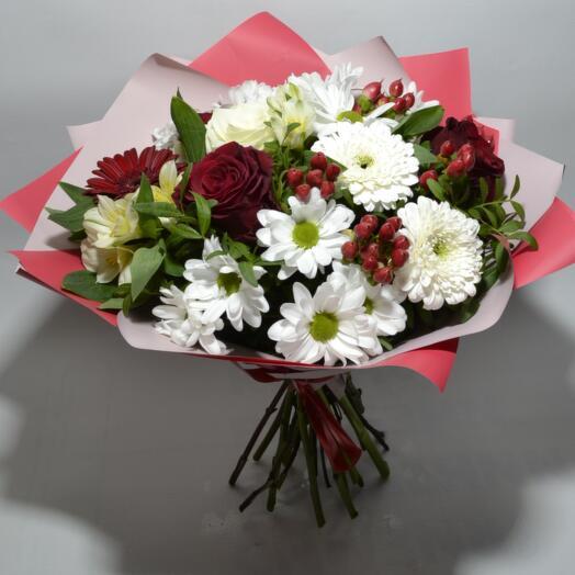Букет из кустовой хризантемы с гиперикумом, гермини и розами