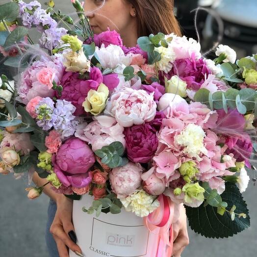 Огромная коробка с пионами и экзотическими цветами