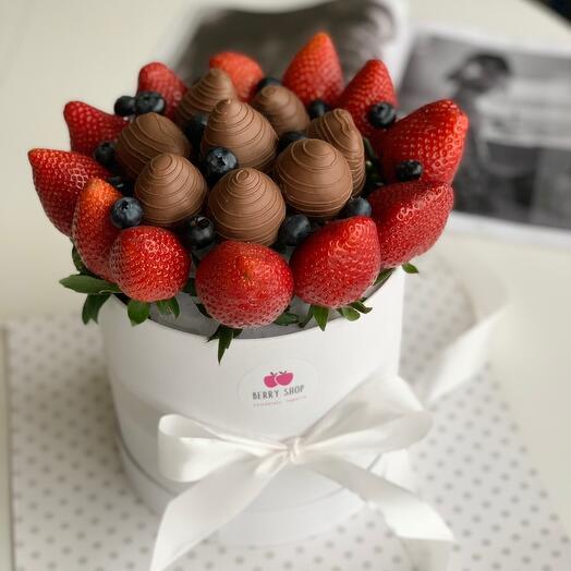 Клубника в шоколаде в шляпной коробке