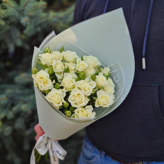 Flowers Lovers -7 белых кустовых роз в оформлении