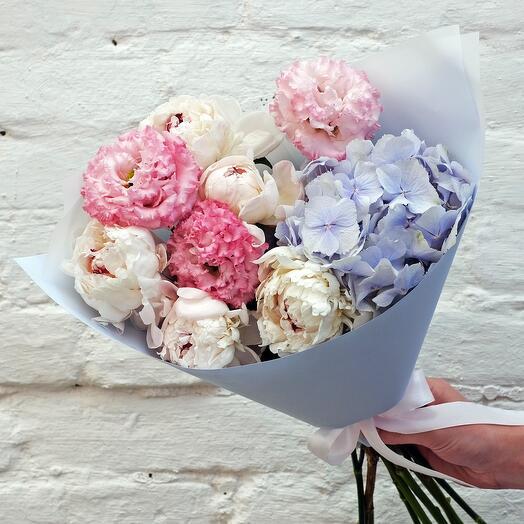 Розово-голубой букет с пионами