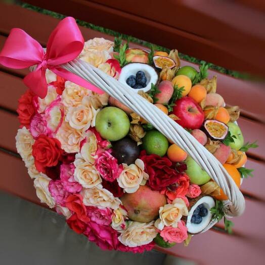 Корзина с розами и фруктами