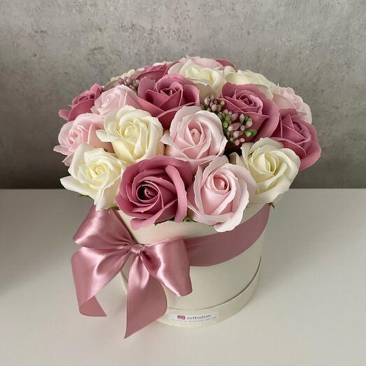 Мыльные розы пыльно-розовые в шляпной коробке