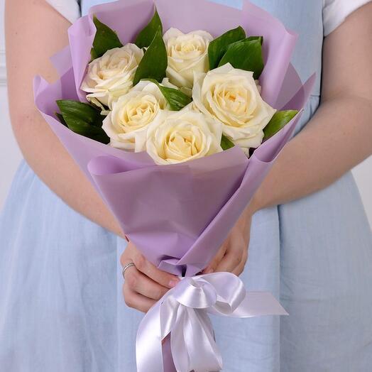 Букет комплимент  из 5 белых роз кения