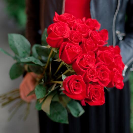 Букет из 21 красных роз 40 см с лентой