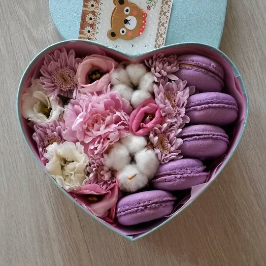 Цветочная коробочка с макаронс в форме сердца: букеты цветов на заказ Flowwow
