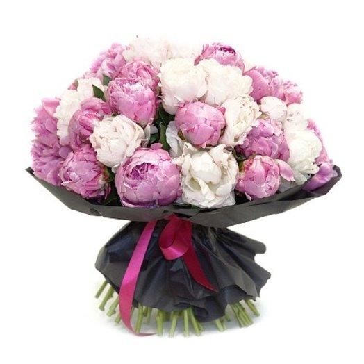 Букет из 25 белого и розового пиона в крафте: букеты цветов на заказ Flowwow