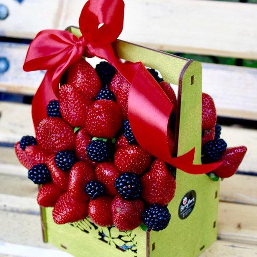 Коробочка с клубникой и ежевикой: букеты цветов на заказ Flowwow